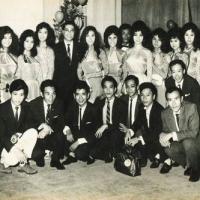 Hoàng Thi Thơ (giữa) và Đoàn Văn Nghệ Việt Nam