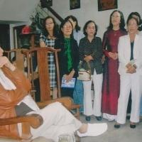 Nhạc sĩ Phạm Duy và GS Thái Kim Lan (đứng bên ông) đang nghe Cựu nữ sinh Đồng Khánh hát nhạc ông tại Huế, 11.11.2010