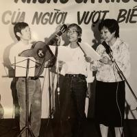 Trầm tử Thiêng cùng Trần Đình Quân và Nguyễn Thị Nhuận trong Buổi Hát Cho Người Vượt Biển tại hội trường nhật báo Người Việt (1986).